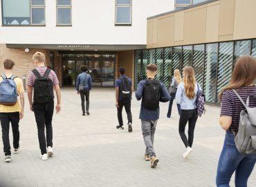jóvenes entrando al colegio
